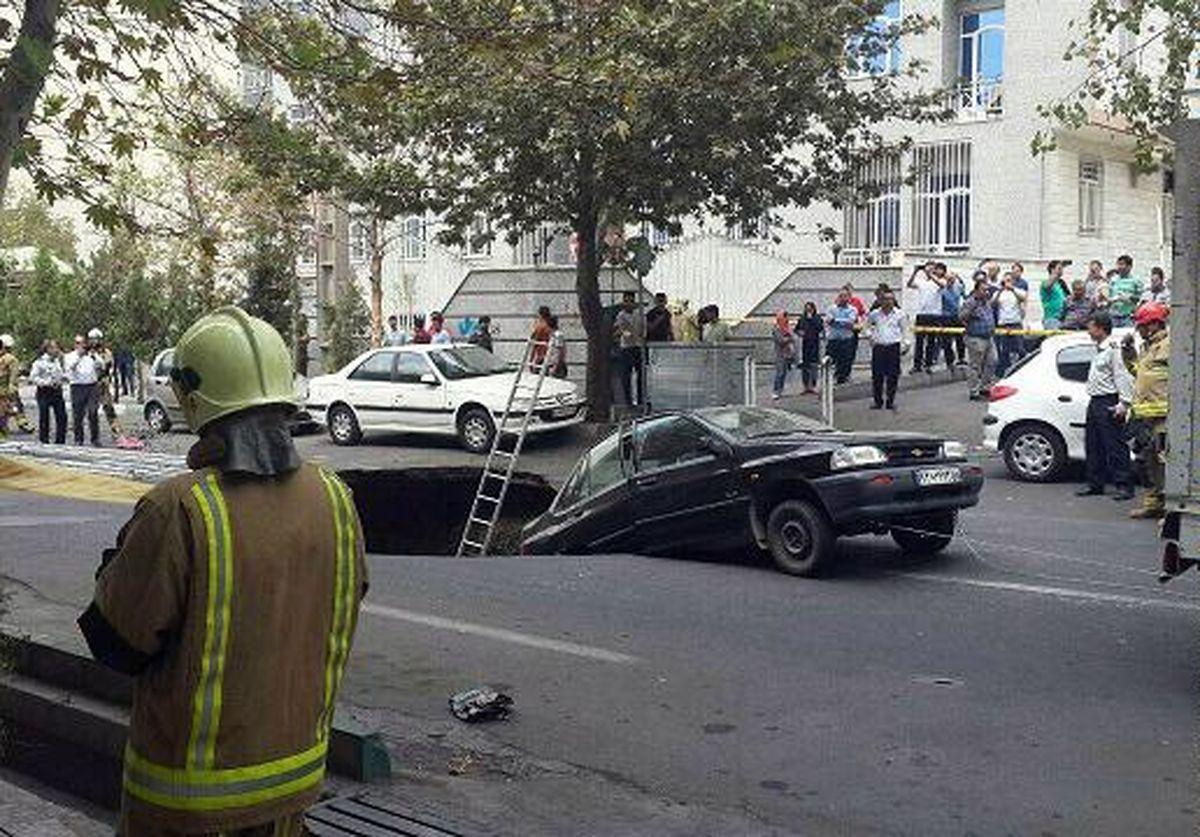 فیلم :: لحظه فرورفتن دو خودرو بهعلت نشست زمین در خیابان پیامبر