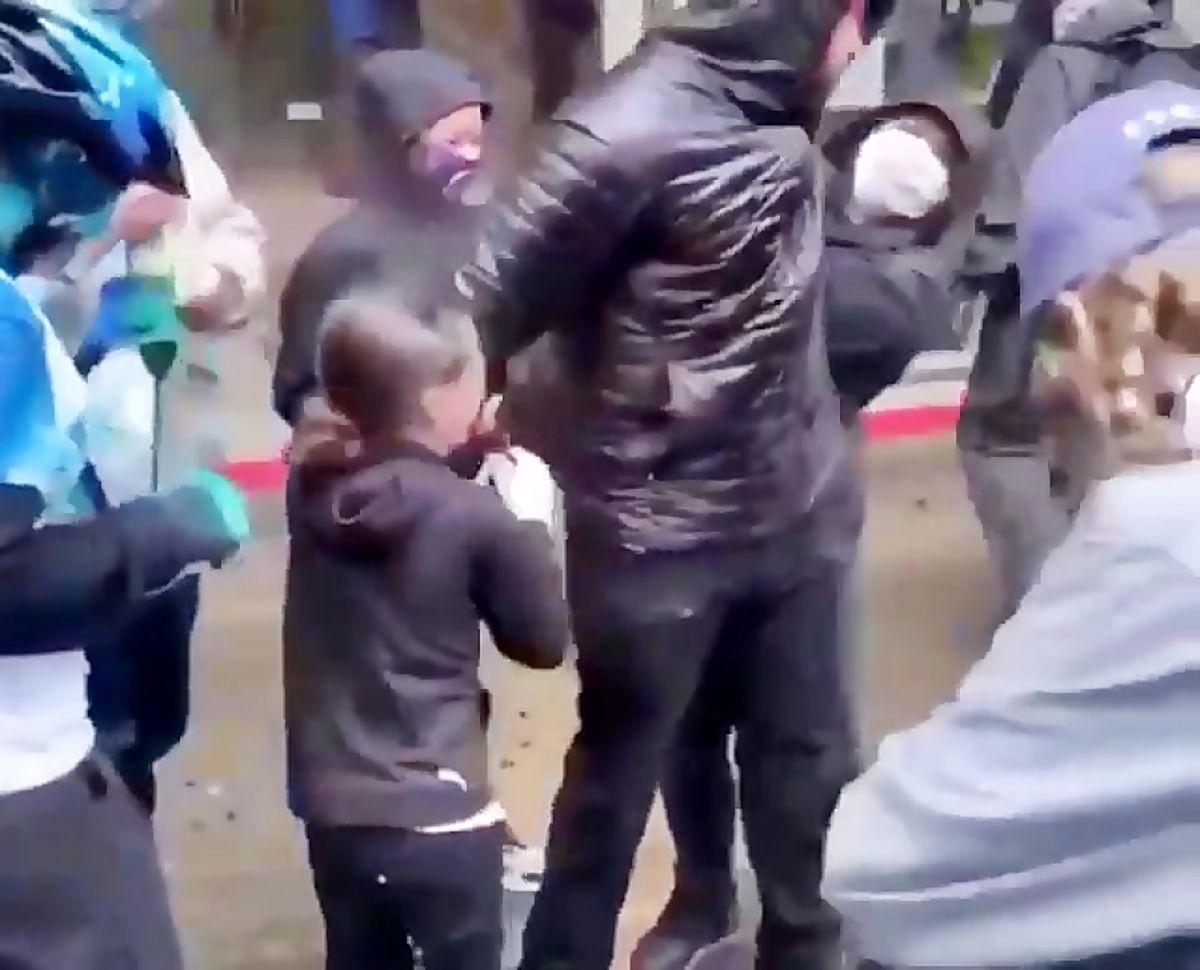 فیلم: حمله پلیس آمریکا به دختر ۹ ساله با اسپری فلفل